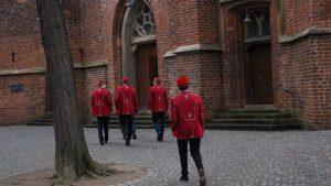 Aktive der KTV Visurgis zu Bremen auf dem Weg in die Kirche